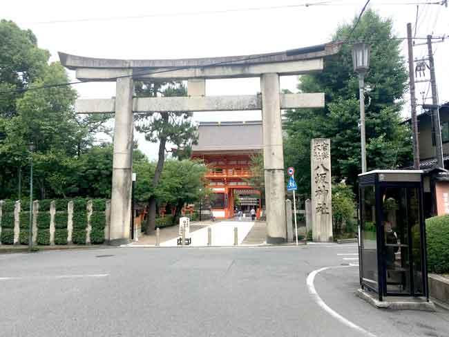 八坂神社入口(吹田市紅葉山会館の葬儀の豆知識)